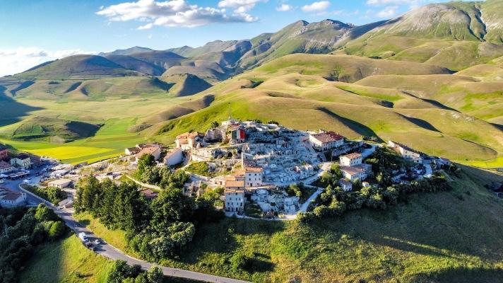 Casale Management - Travel - Italia - Umbria - Norcia - Castelluccio di Norcia - Trekking - Percorso - Outdoor - Neve - Fioritura - Vista paese - Casa de Variste