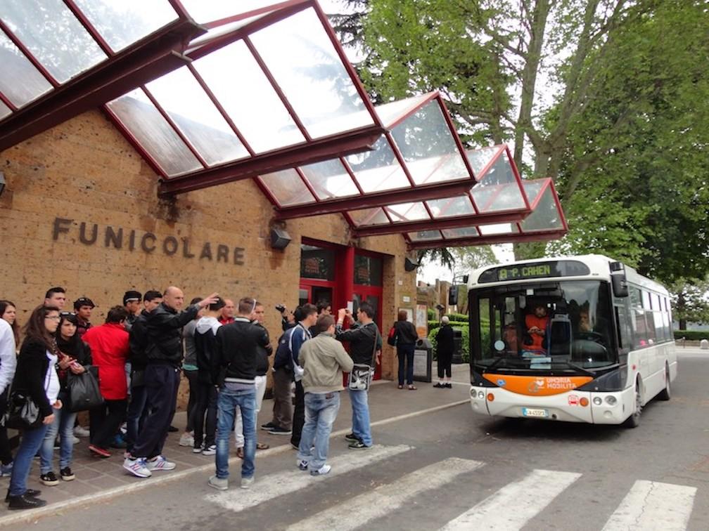 Italia - Italy - Casale Management - Travel - Orvieto - Bus - Autobus - Minibus elettrico - Mobilità sostenibile - Stazione funicolare Piazza Cahen